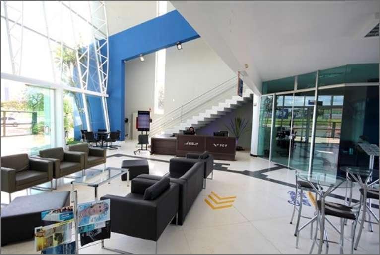 Hall de entrada com área de convivência, lanchonete e recepção.